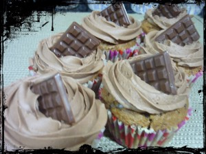 Receta CUPCAKES DE CHOCOLATE NEGRO CON CHIPS DE CHOCOLATE BLANCO